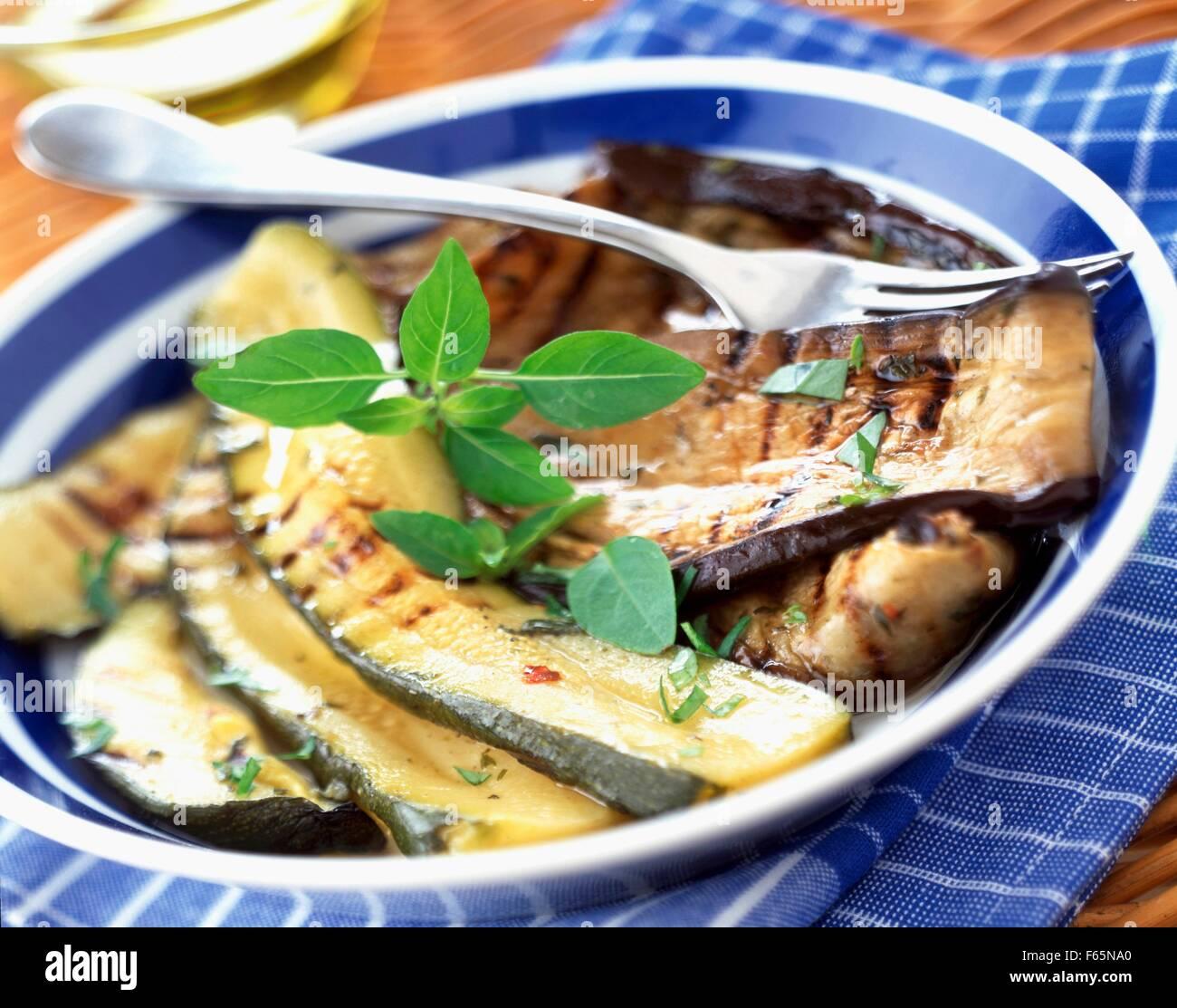 Courgettes grillées et antipasti d'aubergines Banque D'Images