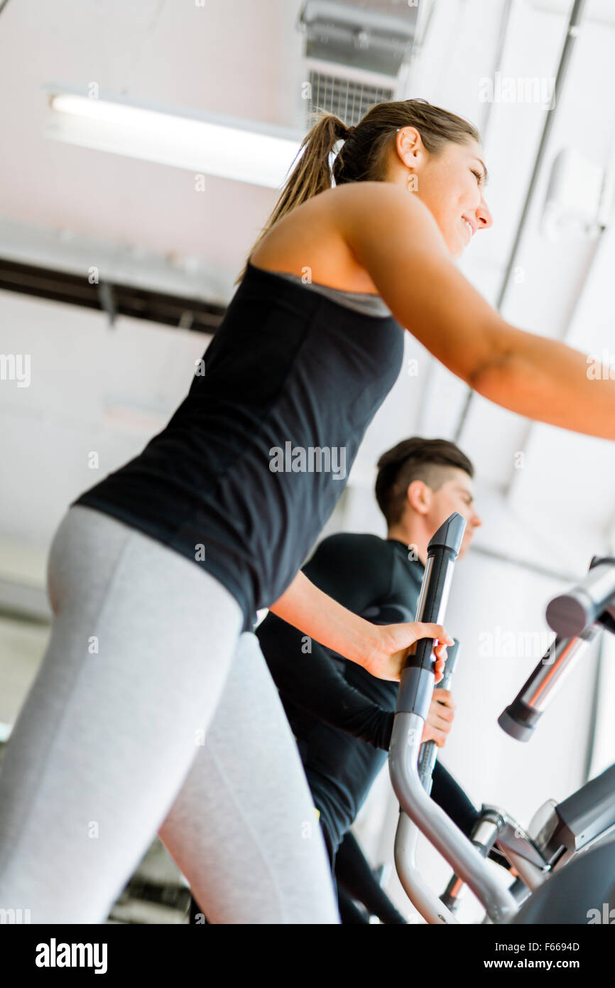 Belle fit young woman working out sur un ensemble pas-à-pas avec ses amis Photo Stock