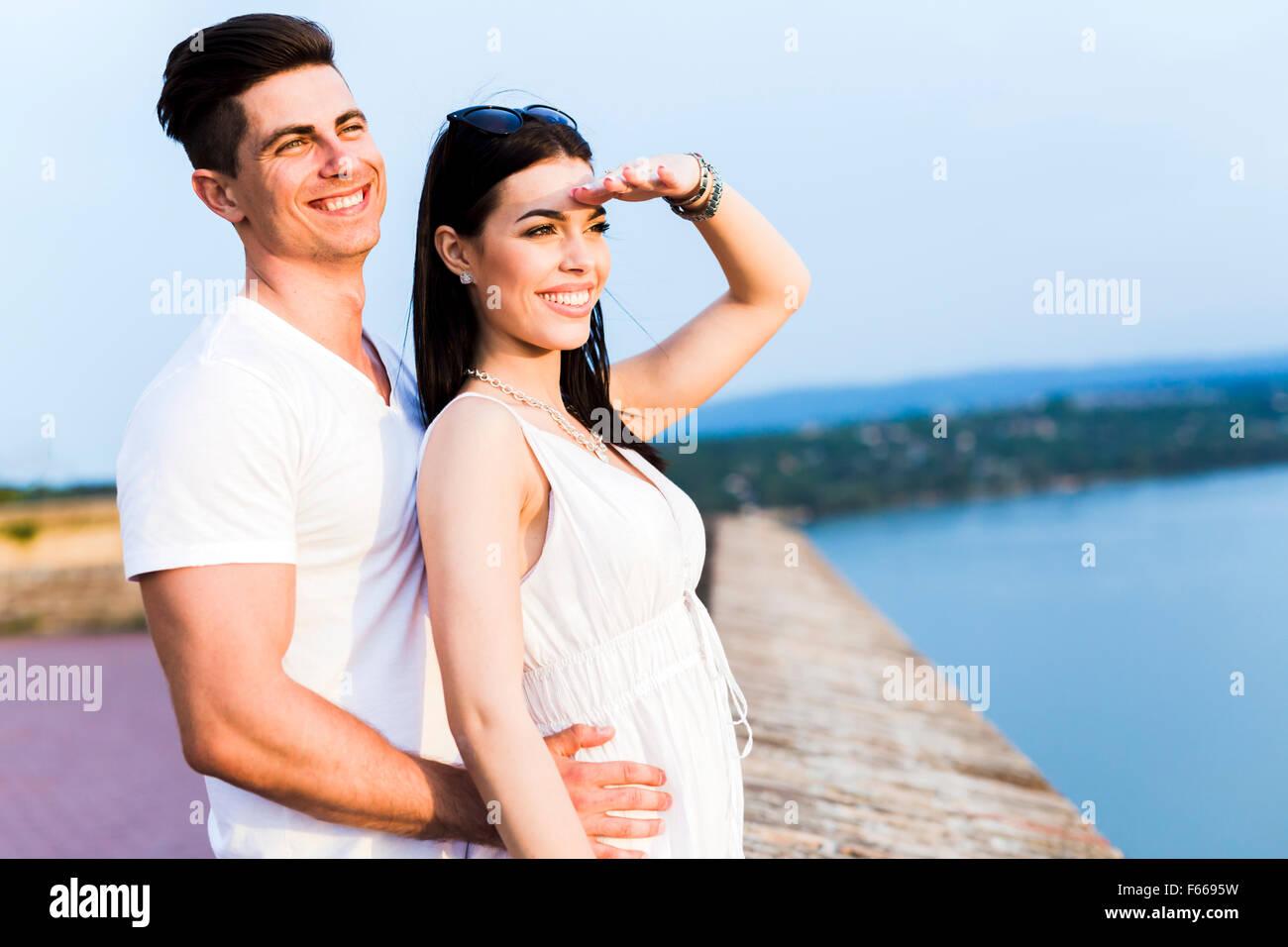 Beau couple amoureux regardant le coucher du soleil Photo Stock