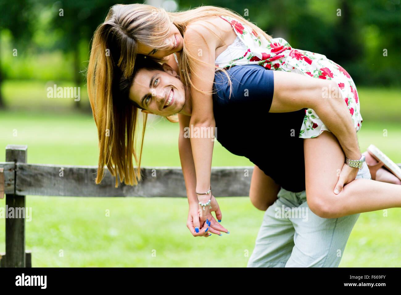 Couple heureux en amour s'amuser en plein air et souriant Photo Stock