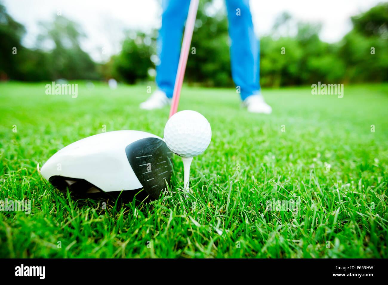 Golfeur s'apprête à prendre un coup. Gros plan et photo grand angle Photo Stock