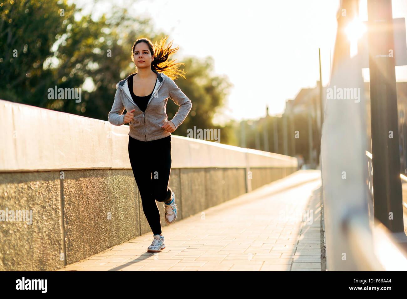 Belle femme jogging en ville et garder son corps en forme Photo Stock