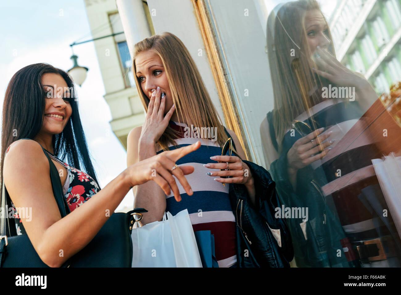 Belles femmes sacs shopping à l'extérieur et la tenue Photo Stock