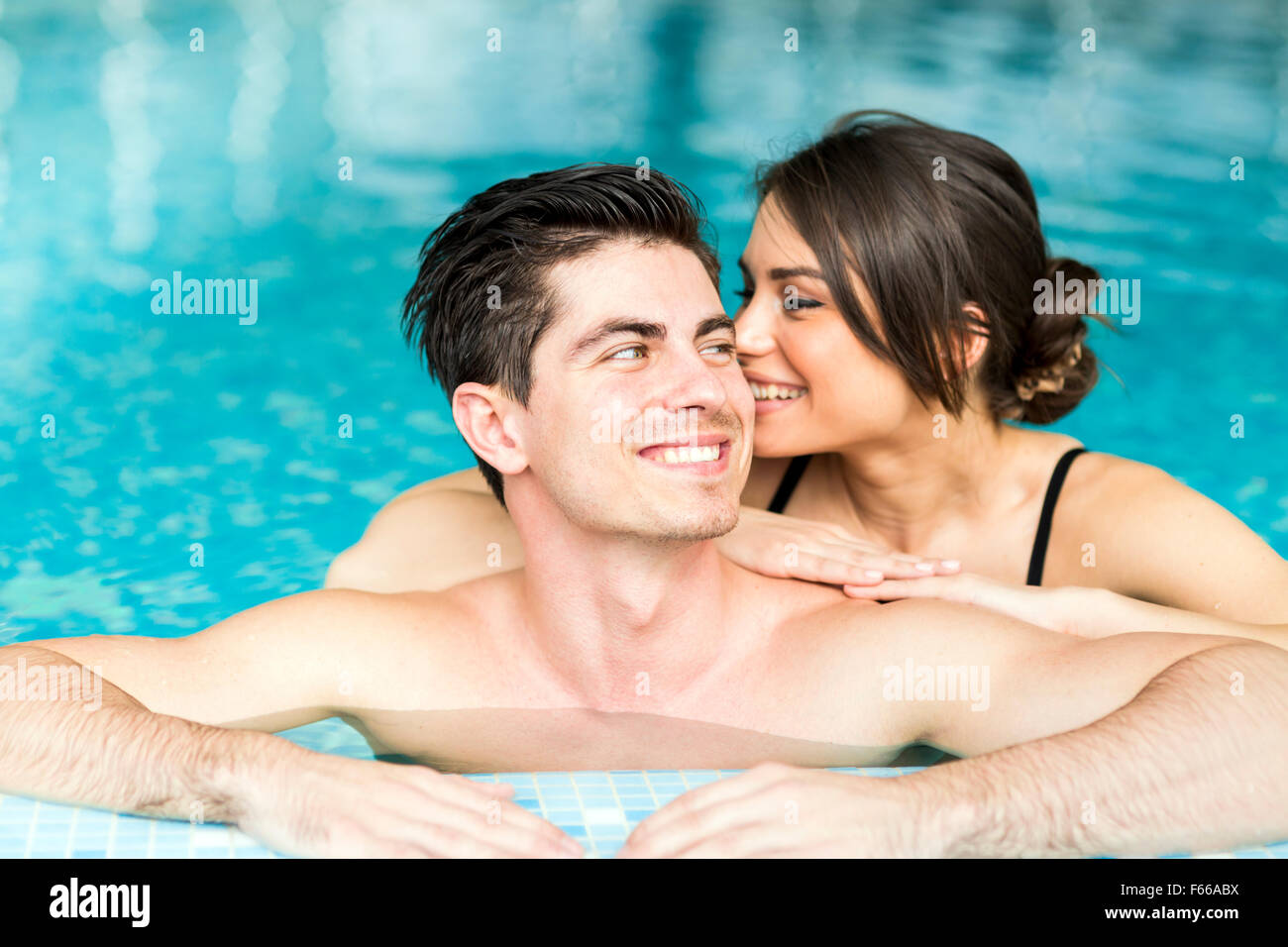 Couple in love se détendre au bord de la piscine Photo Stock