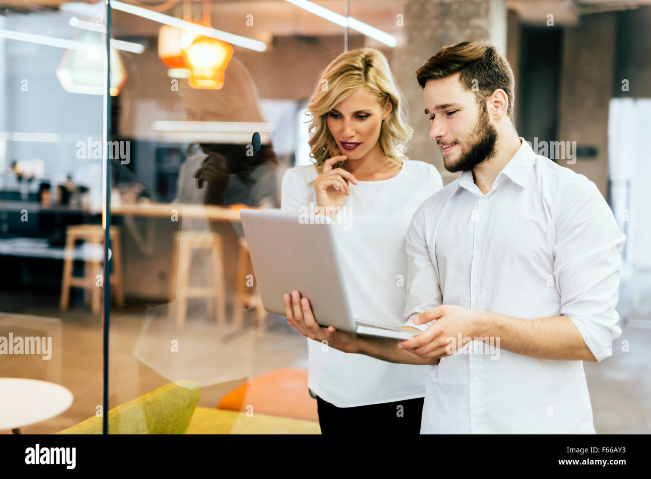 Dans la réflexion des collègues Smart Office Photo Stock