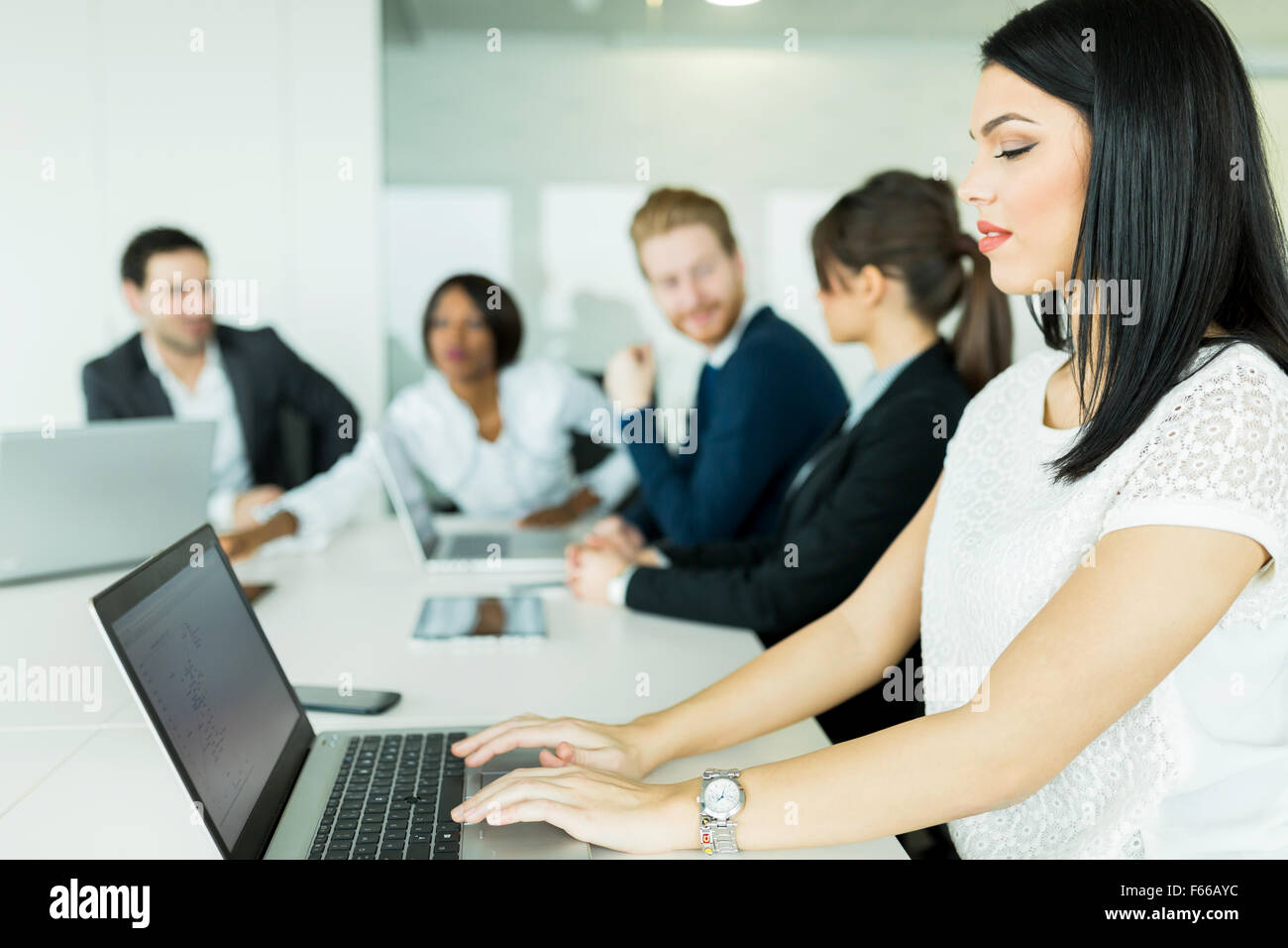 Businesswoman working on a laptop pendant les séances de remue-méninges Photo Stock
