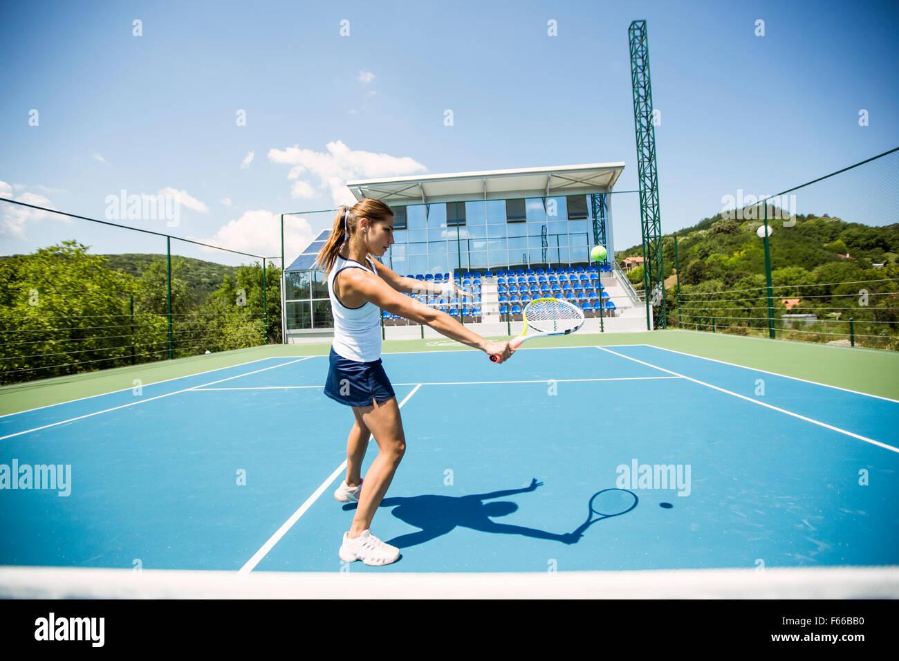Tennis player effectuant un drop shot sur une belle cour bleu Photo Stock