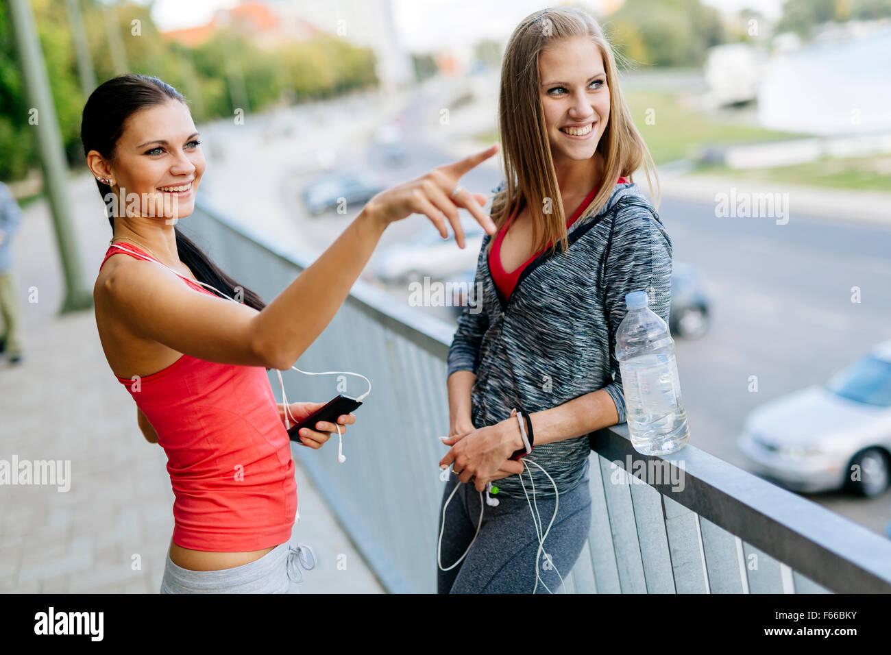Mettre en place des femmes qui parlent en plein air après le jogging Photo Stock