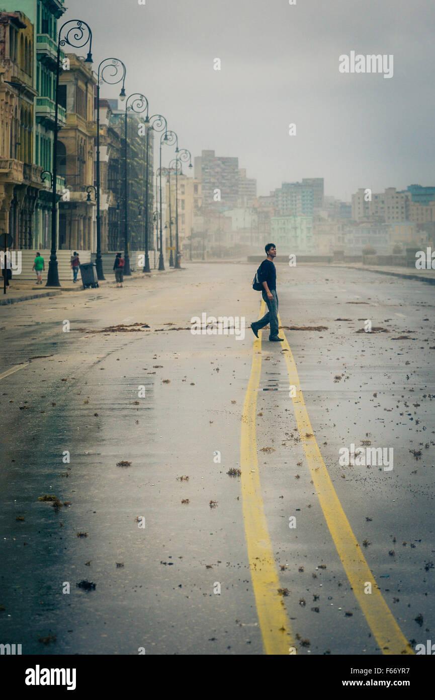 Une marche à travers les jeunes adultes de sexe masculin peint jaune marquage routier sur le Malecon après Photo Stock