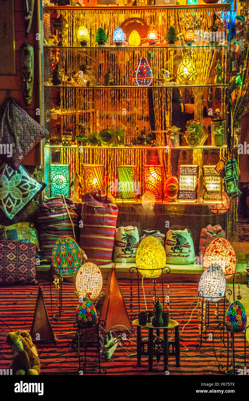 Lanternes arabe traditionnelle, les lampes et les souvenirs de voyage à Dahab, Egypte. Photo Stock