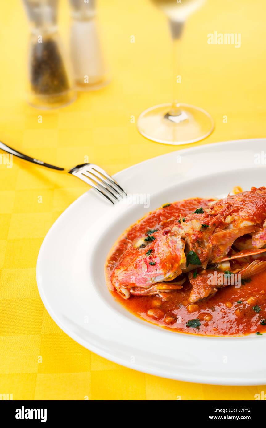 Rougets recette gastronomique traditionnel italien de fruits de mer à la tomate, ail, huile d'olive avec Photo Stock
