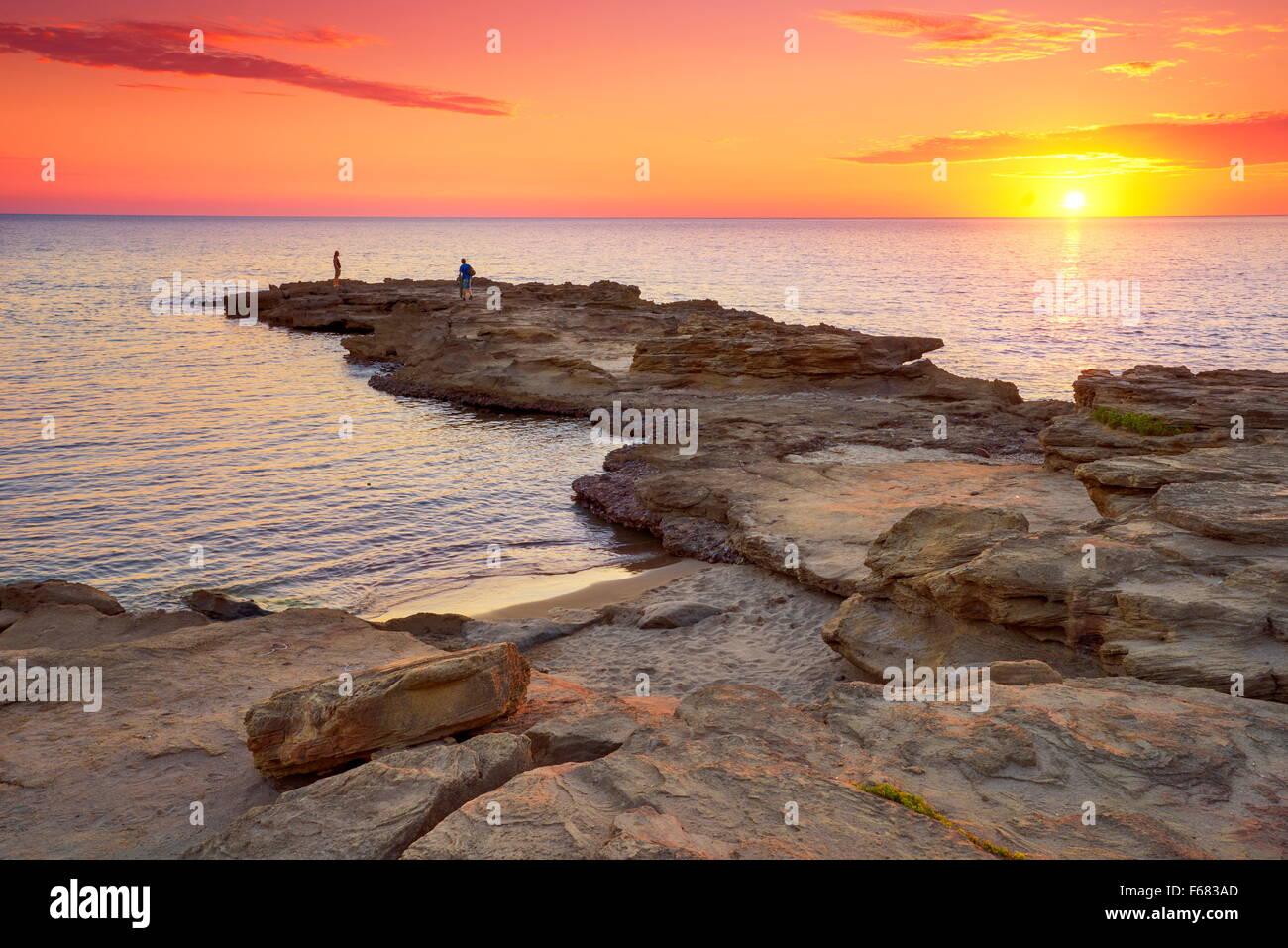 Coucher du soleil à la Riviera del Corallo, l'île de la Sardaigne, Italie Photo Stock
