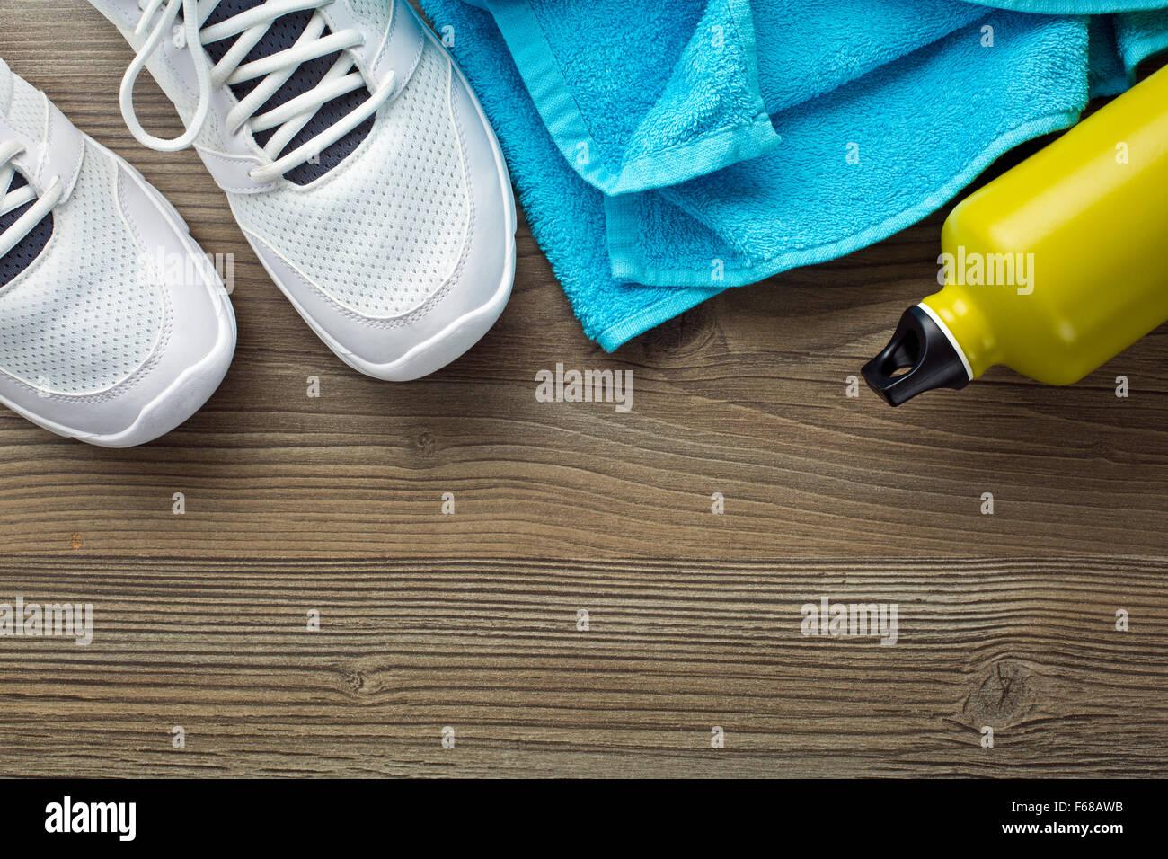 Le concept de sport, chaussures et bouteille. sèche-serviettes Photo Stock