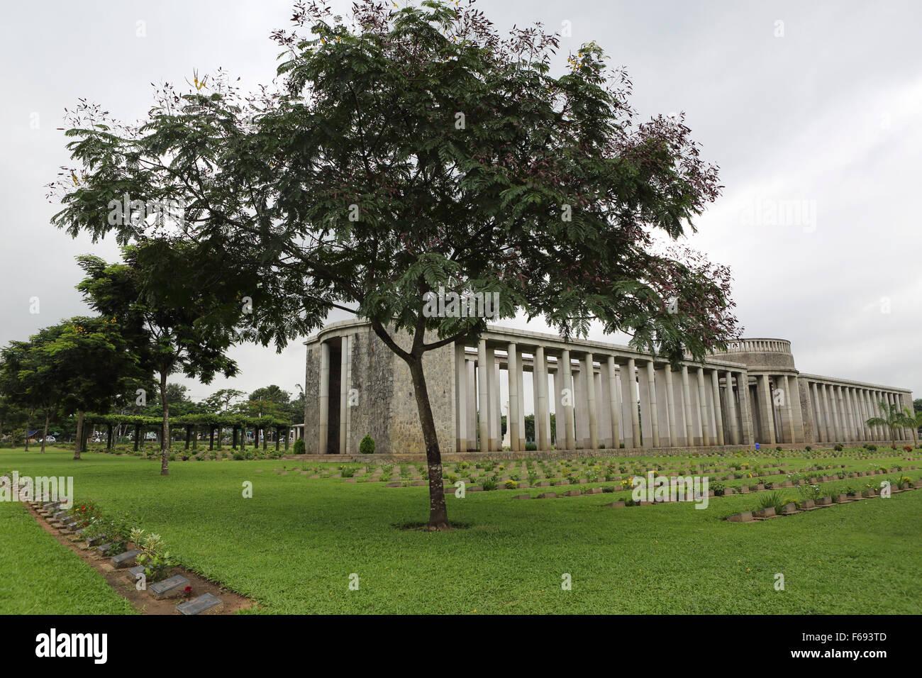 Un arbre par le Memorial Rangoon Taukkyan au cimetière près de Yangon, Myanmar. Banque D'Images