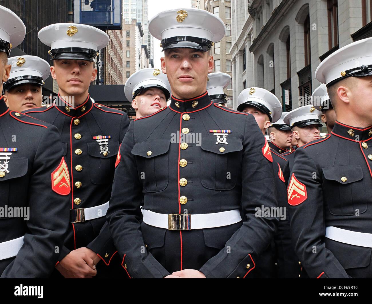 Un groupe de Marines américains en uniforme avant le 2015 Veteran's Day Parade à New York City Photo Stock