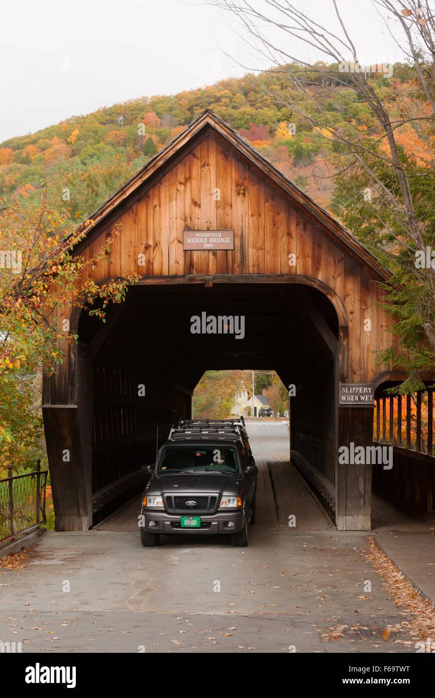Une voiture roulant dans Woodstock Milieu pont couvert, Woodstock, Vermont VT USA Banque D'Images
