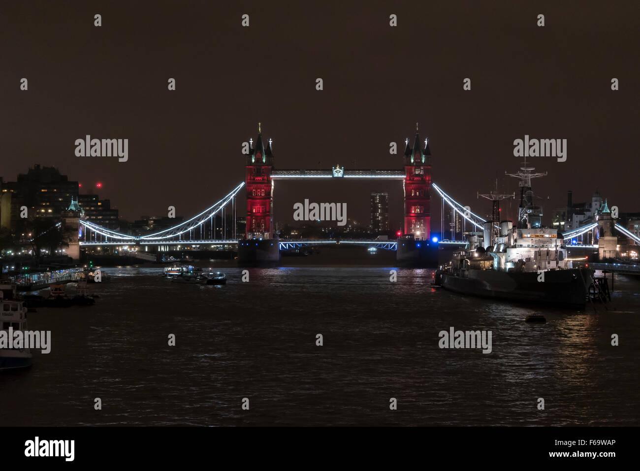 14 novembre 2015: London's Tower Bridge est allumé en bleu, blanc et rouge à l'appui avec Photo Stock