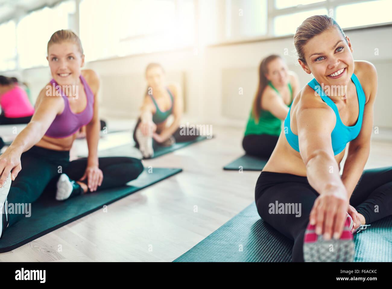 Groupe de femmes en bonne santé dans une classe de remise en forme, fitness, sport, de la formation, de l'aérobic Photo Stock