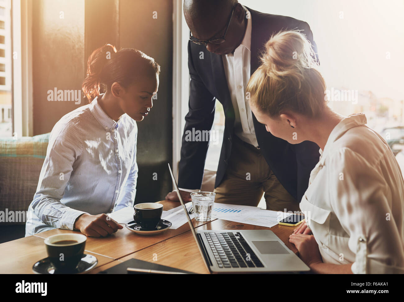 Groupe de gens d'affaires, entrepreneur, homme d'affaires noir concept expliquant business plan Photo Stock