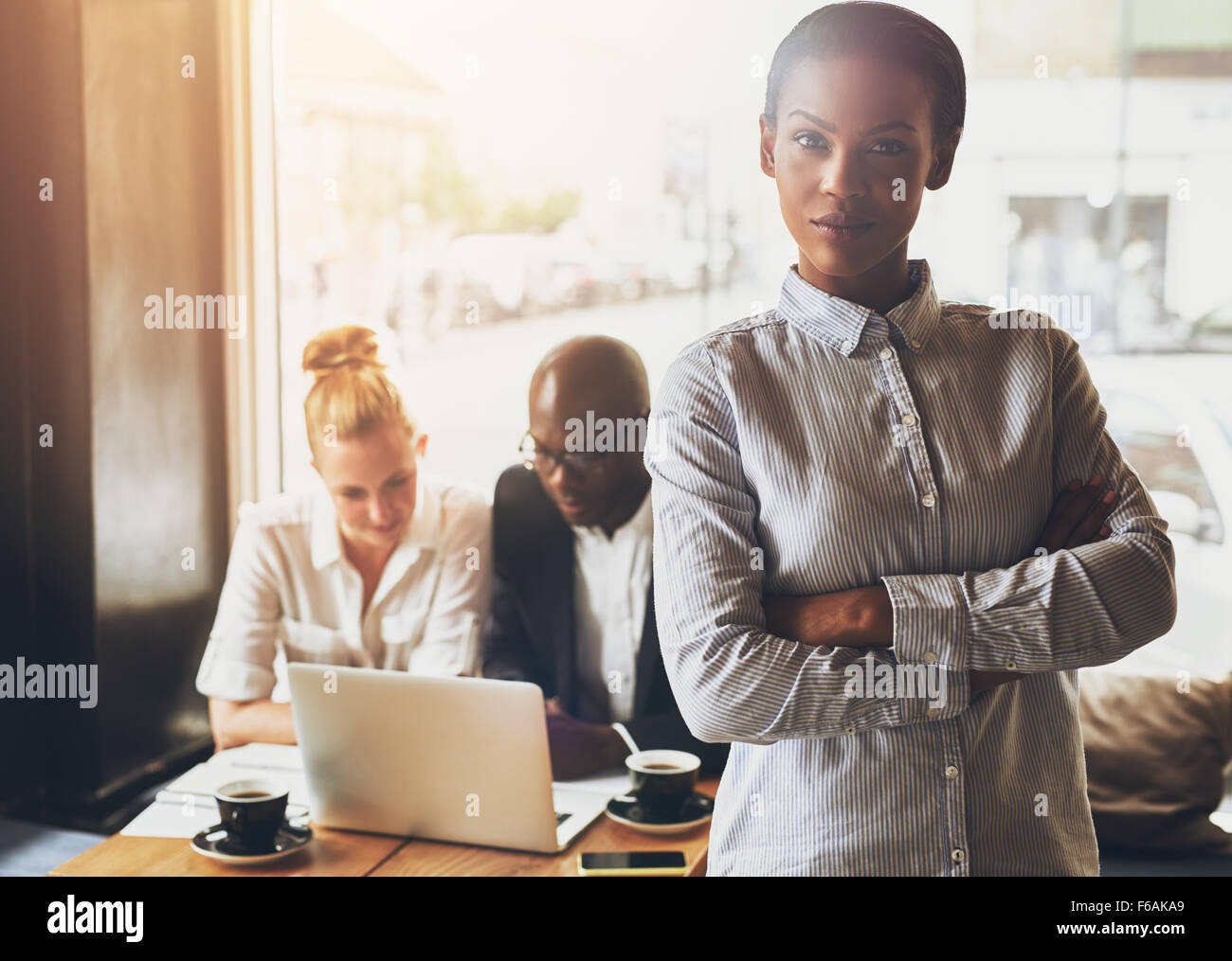 Confiant black business woman standing in front of collègues Photo Stock
