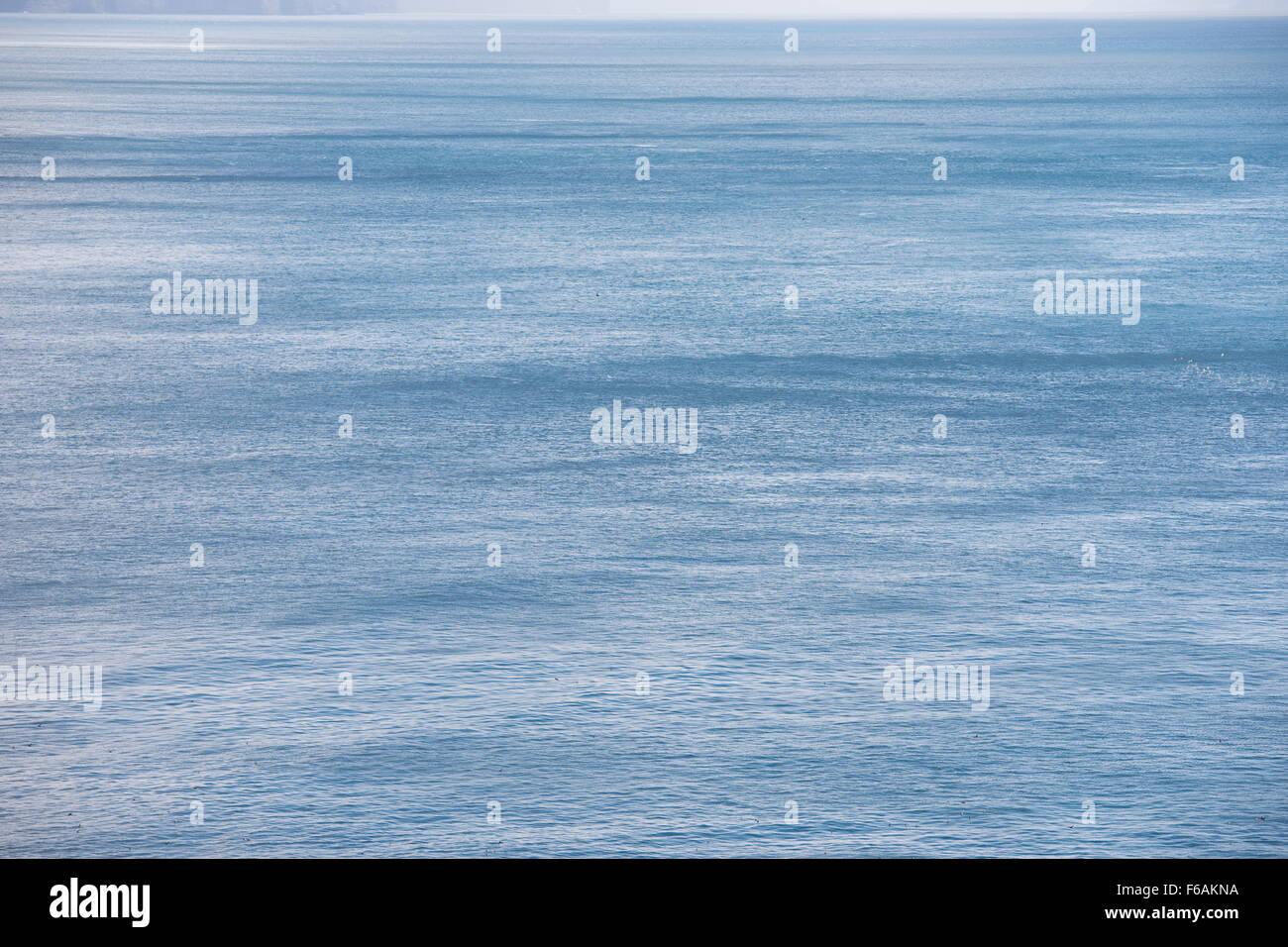 L'océan bleu avec en toile de fond de l'eau d'un bleu profond et le vent Photo Stock