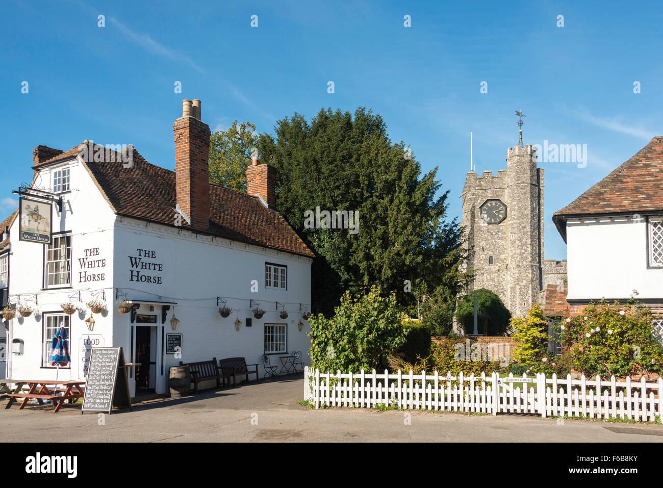 L'Auberge du Cheval Blanc et de l'église St Mary, Chilham Square, Chilham, Kent, Angleterre, Royaume-Uni Banque D'Images