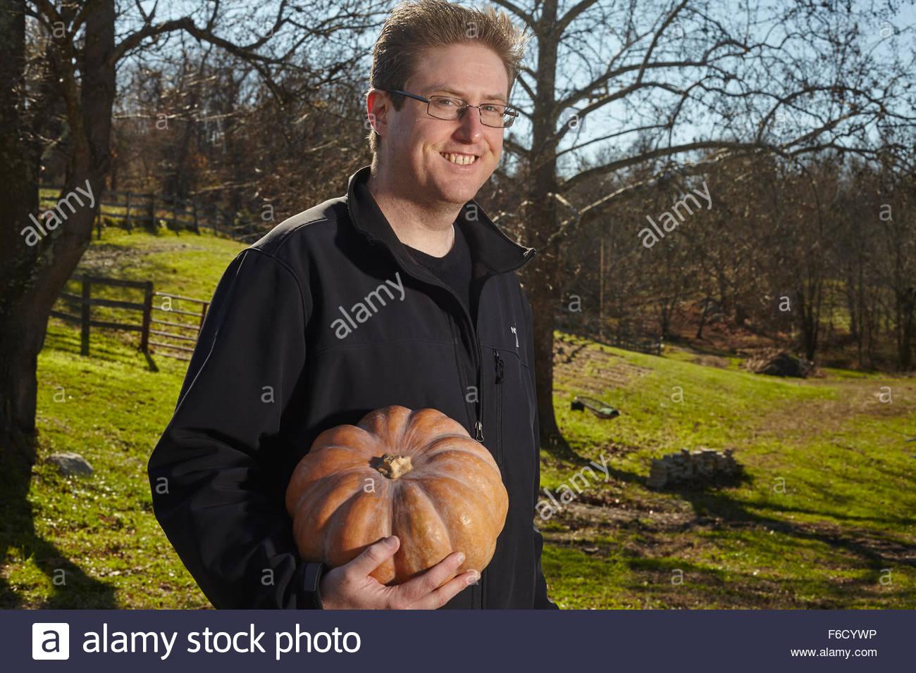 Homme avec une citrouille Photo Stock