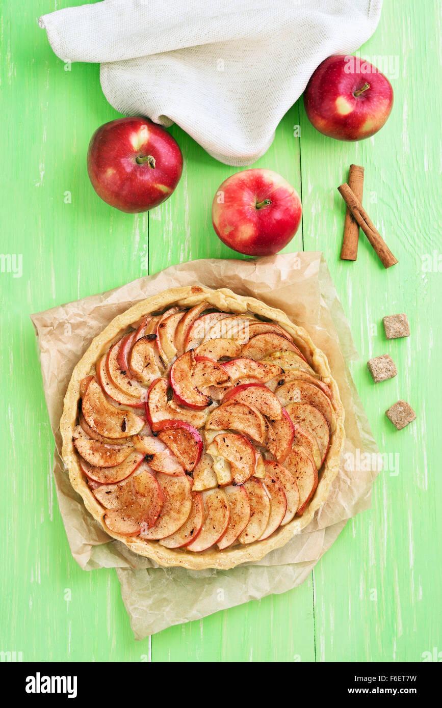 Tarte aux pommes sur du papier sulfurisé, vue du dessus Photo Stock