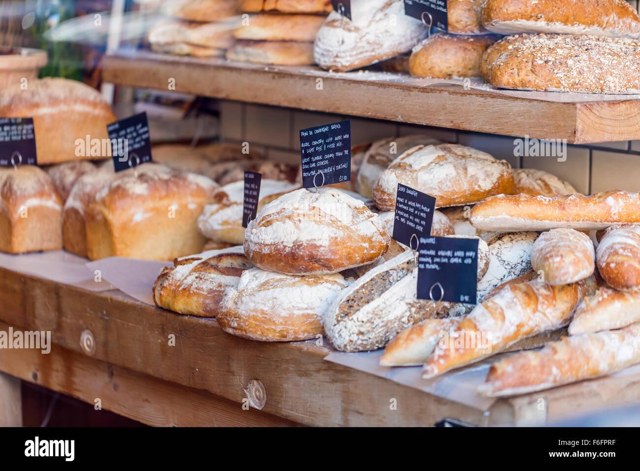 Pain frais sur l'affichage dans une vitrine de boulangerie Banque D'Images