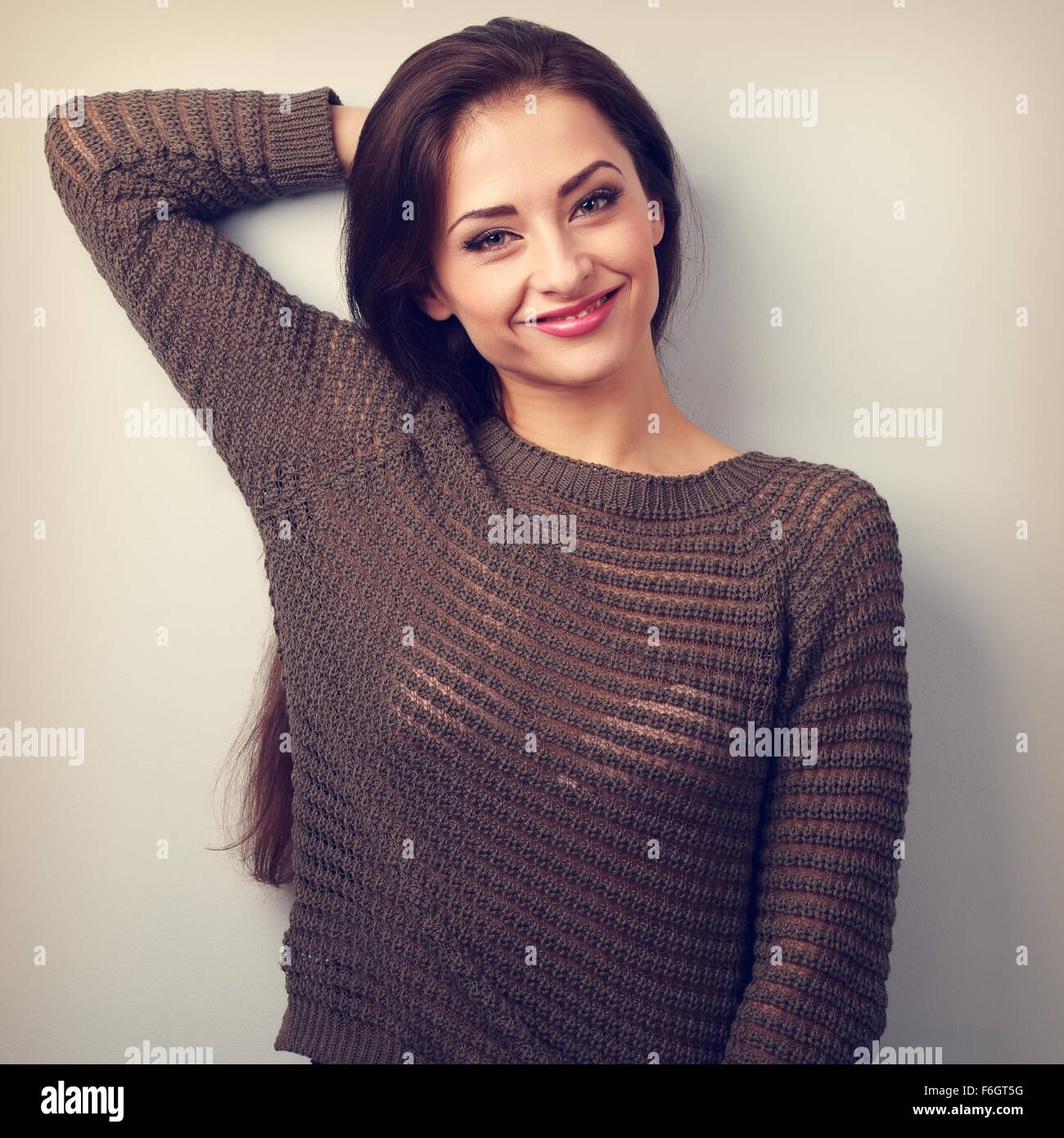 Heureux pointing émotionnelle woman smiling in pull-over chaud. Vintage portrait Photo Stock