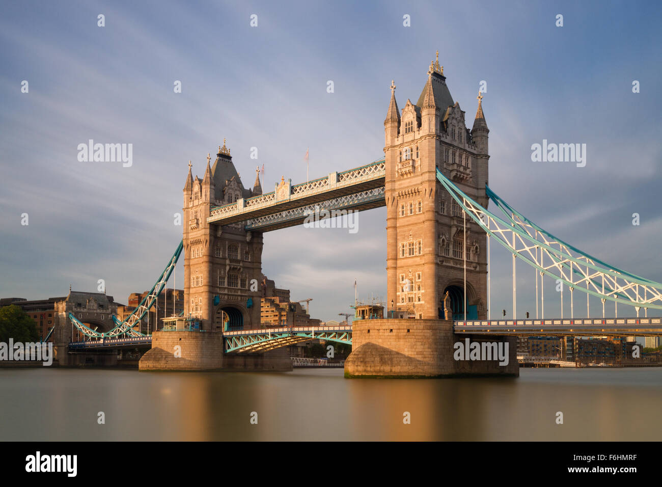 Tower Bridge dans le soleil du soir - version longue Exposition, Londres, Angleterre Photo Stock