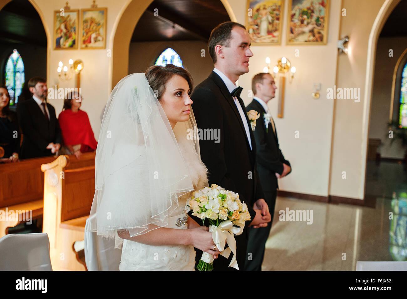 Couple de mariage chrétien à l\u0027église catholique Banque D
