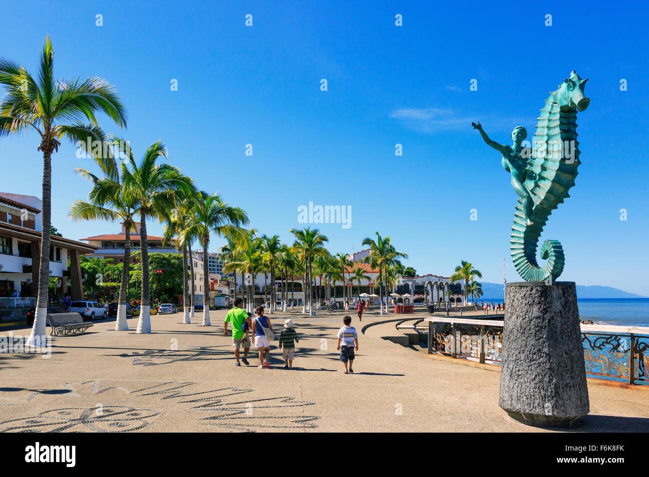 La promenade principale appelée Paseo Diaz Ordaz, El Centro, district de Puerto Vallarta avec Bahia de Banderas, Photo Stock