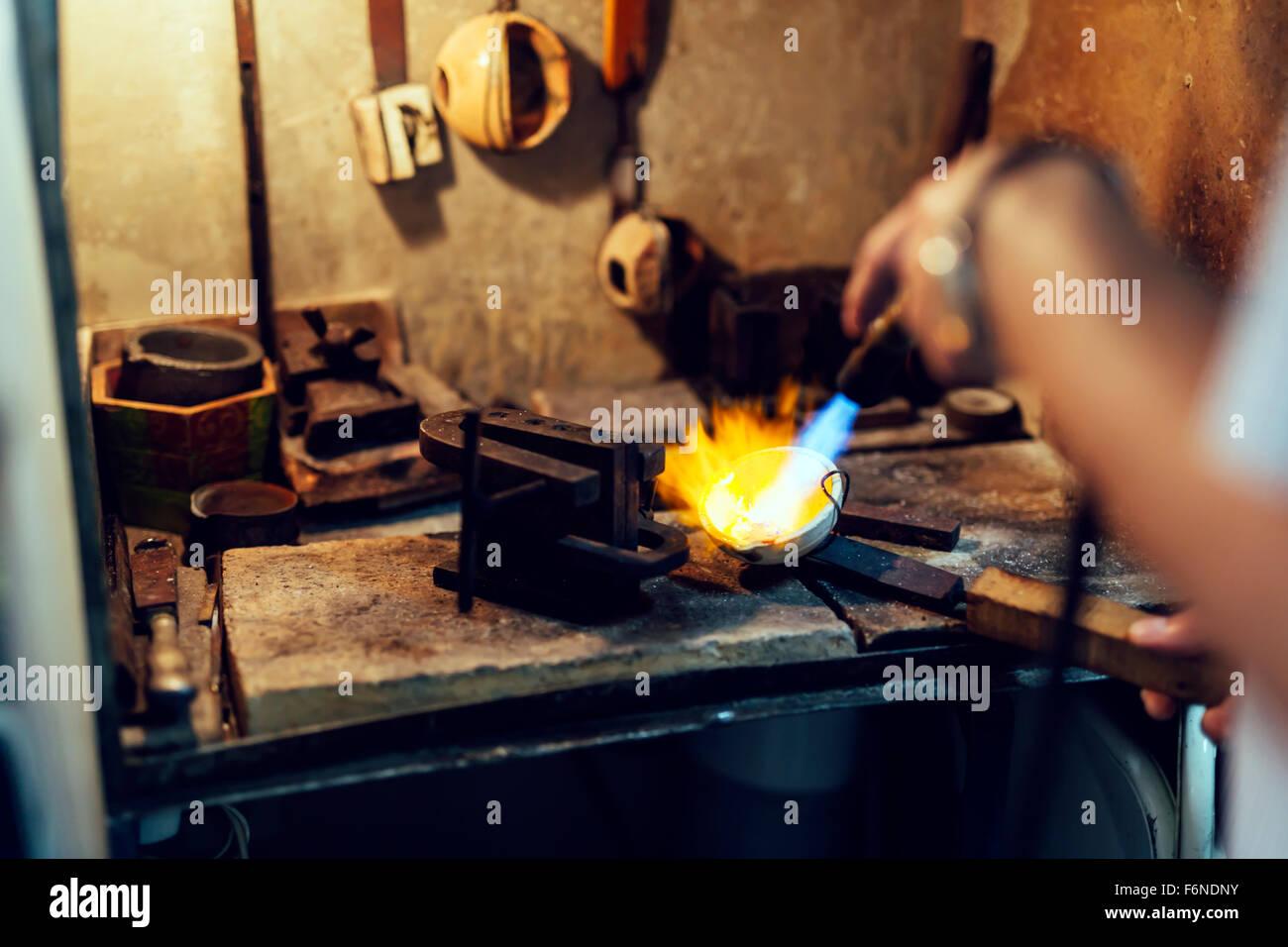 Soudure bijoutier la façon traditionnelle d'or Photo Stock