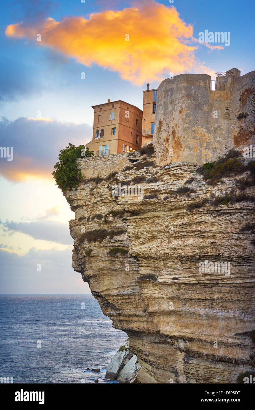 L'heure du coucher du soleil à Bonifacio, la falaise de calcaire, Corse, France Banque D'Images