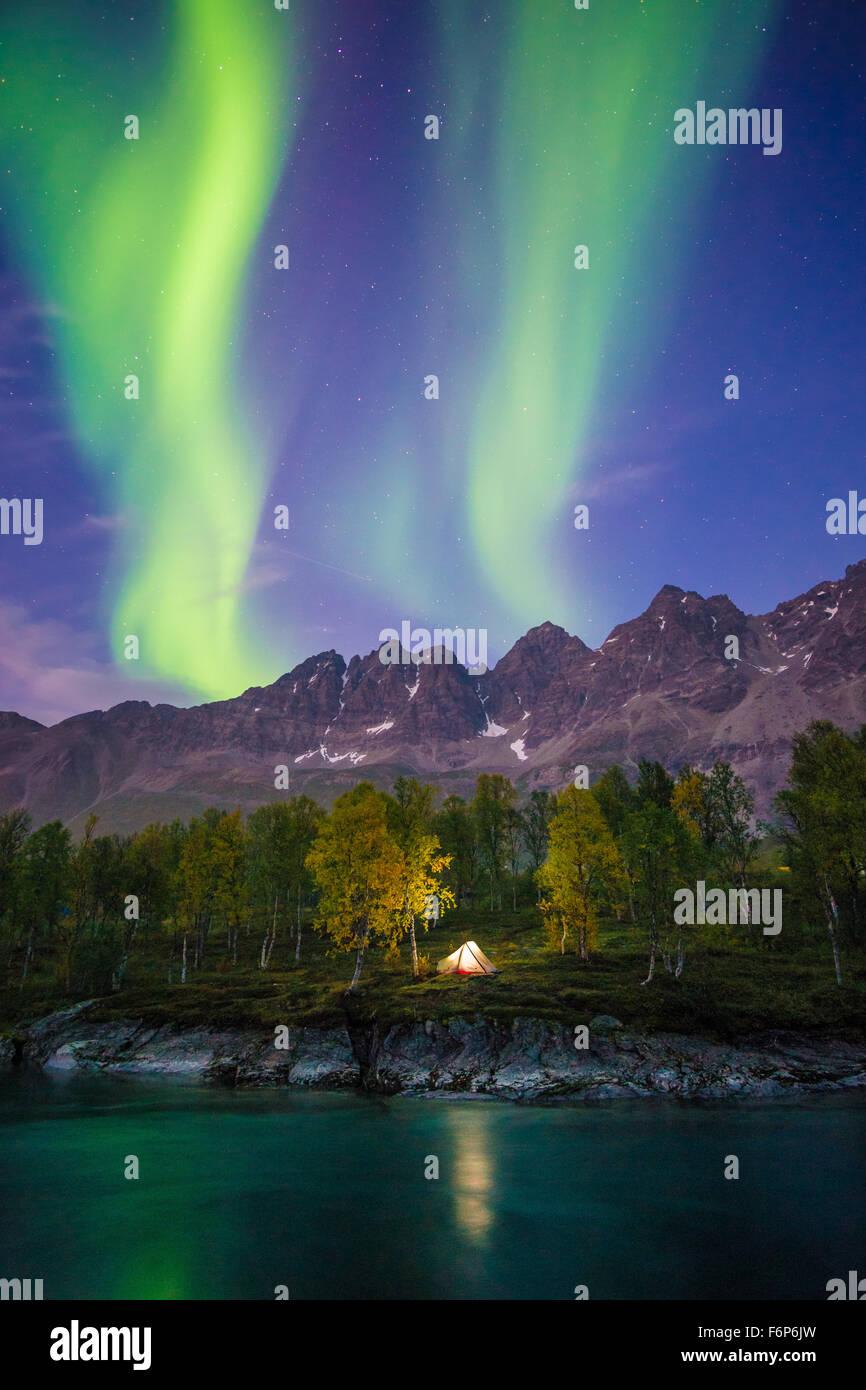 Camping sous les aurores boréales Photo Stock