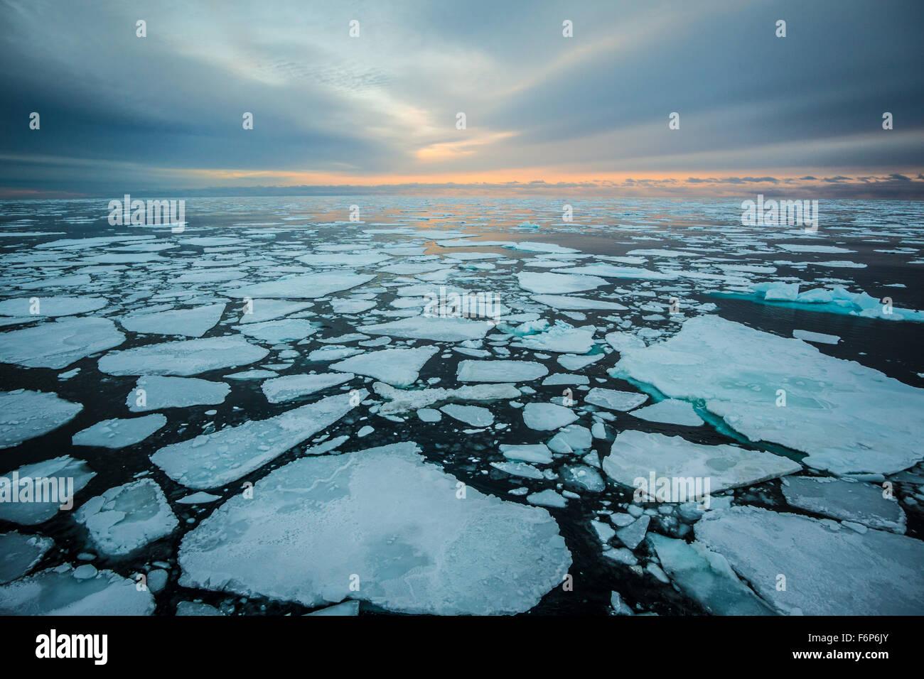 Le lever du soleil sur la glace de mer Photo Stock