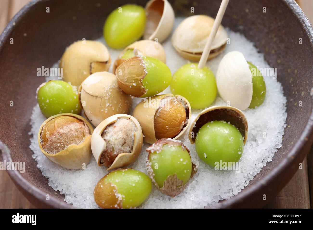 Rôti de sel, noix de ginkgo Japanese food, Close up Photo Stock