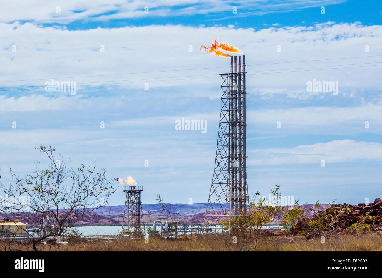 L'Australie, Australie occidentale, Pilbara, Karratha, torchères de gaz à Woodside usine de traitement de gaz sur la péninsule de Burrup Banque D'Images
