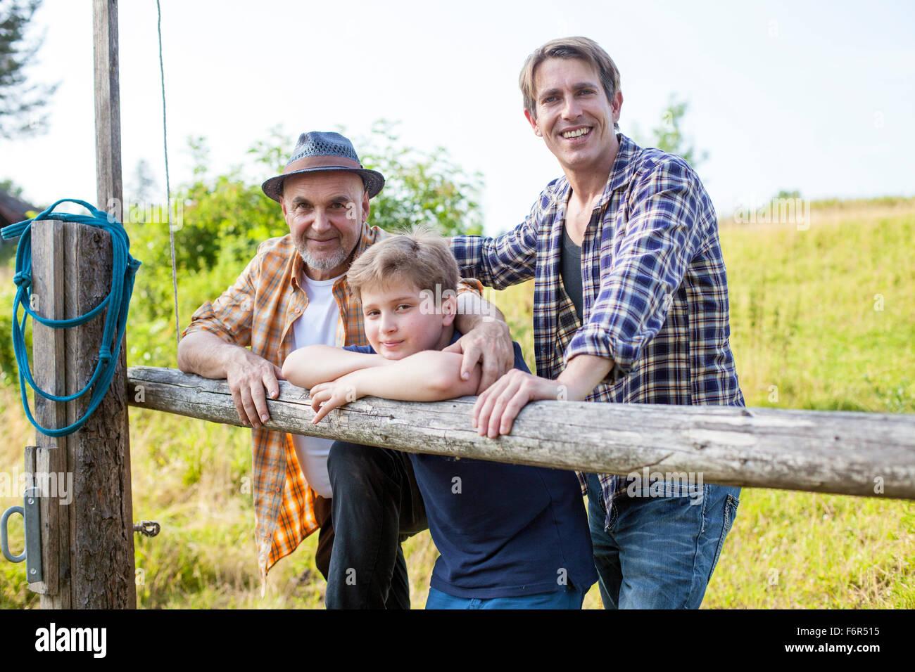 Portrait de multi-generation family by fence Photo Stock