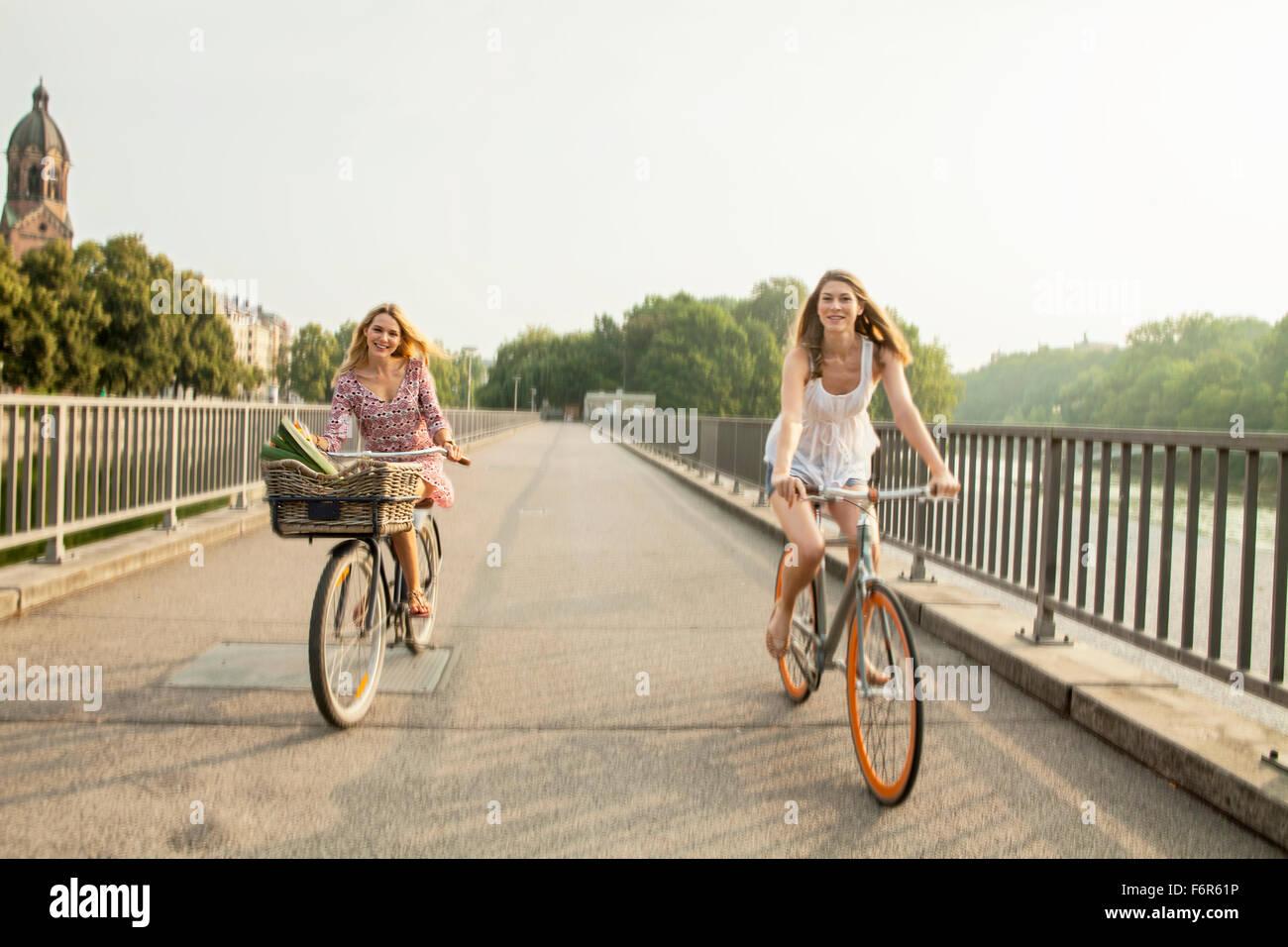 Deux femmes équitation location sur city bridge Banque D'Images