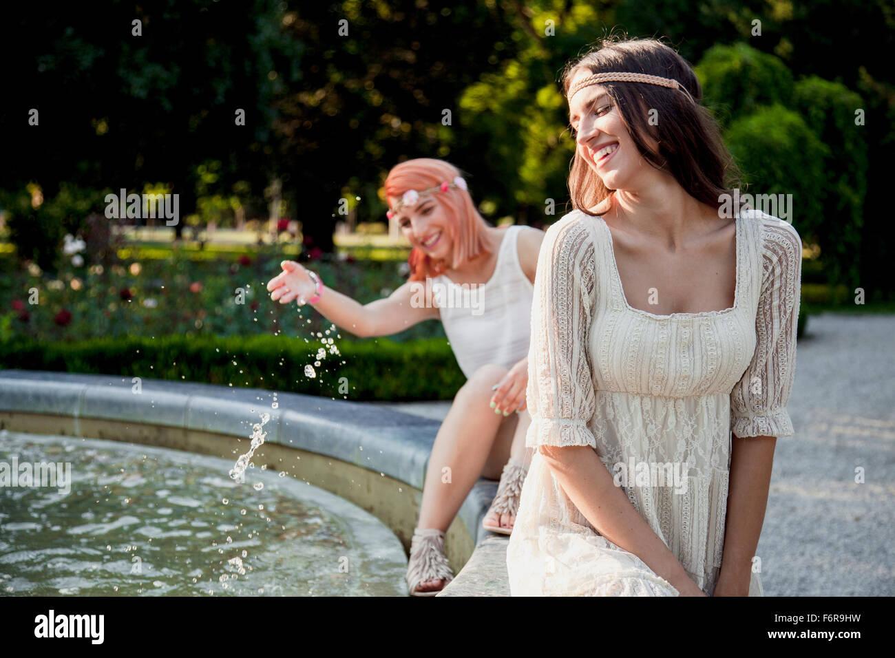 Les jeunes femmes en hippie style fashion les projections d'eau. Photo Stock