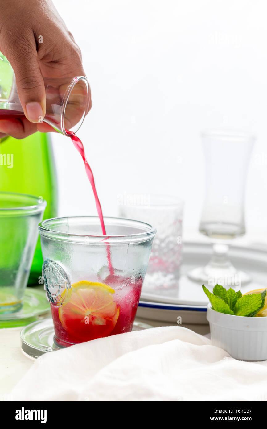 Pouring Cocktails sans alcool Pomme Cassis Photo Stock