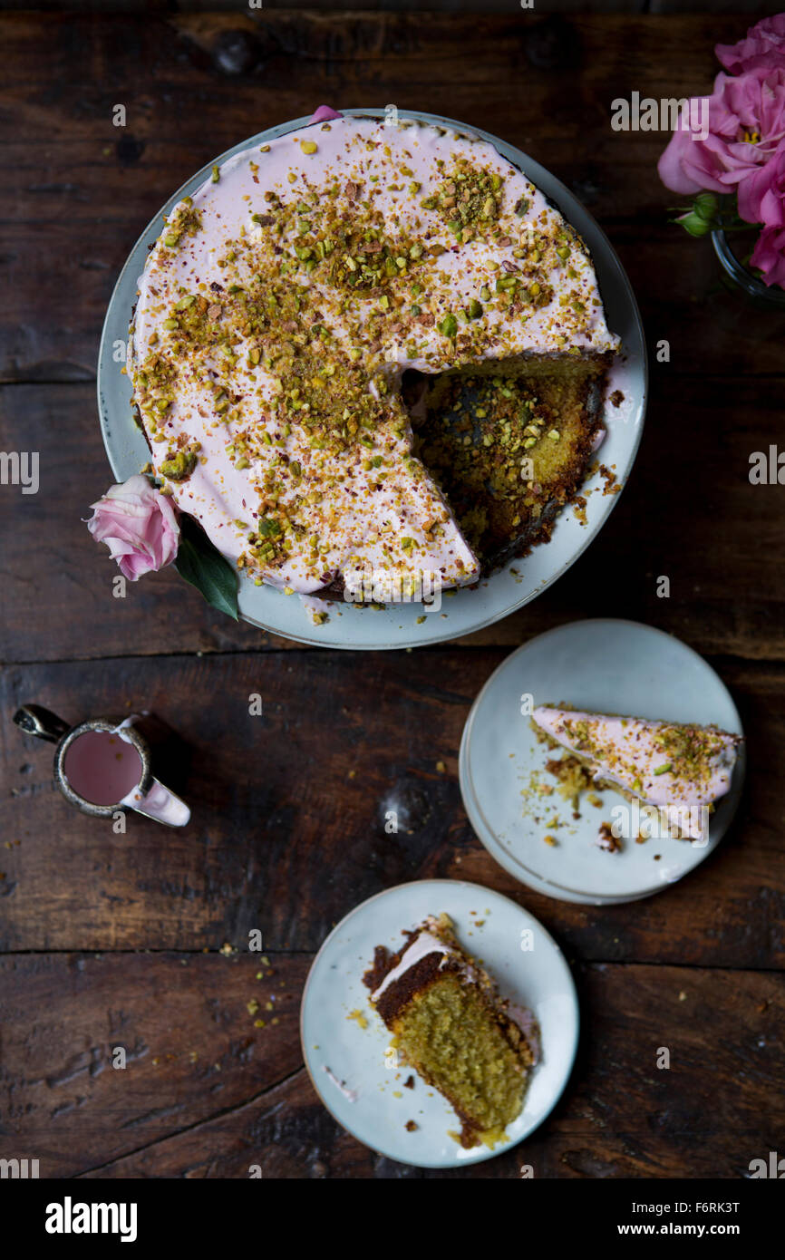 Pistache et Rose, tranches de gâteau pour servir avec verseuse de Cerise Photo Stock
