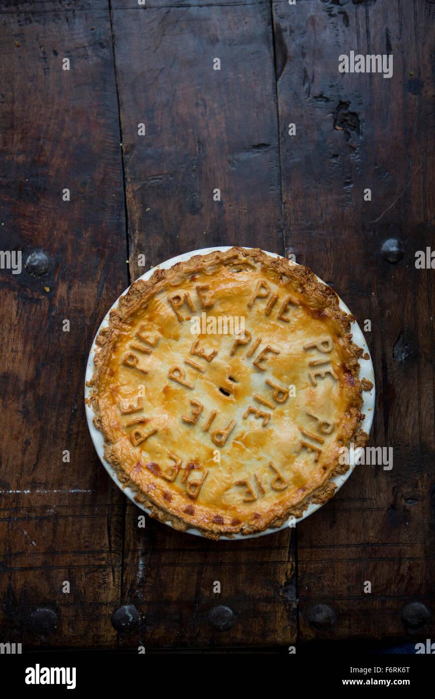 Pâte à tarte Tarte aux fruits avec des lettres Photo Stock