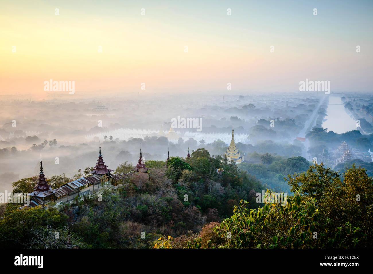 Vue aérienne de tours dans le paysage brumeux Photo Stock