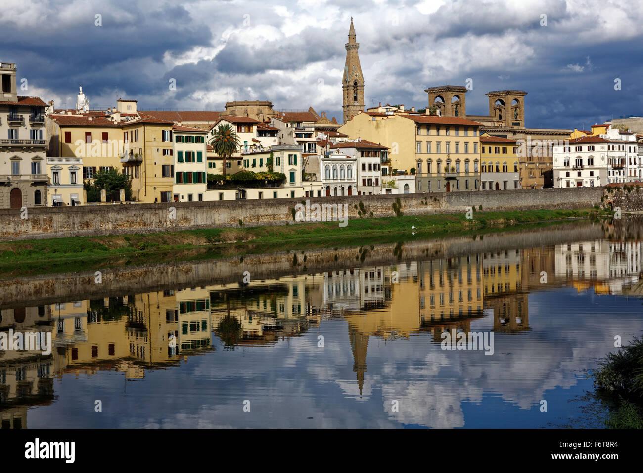 Les bâtiments reflètent dans l'Arno, Florence, Italie Photo Stock