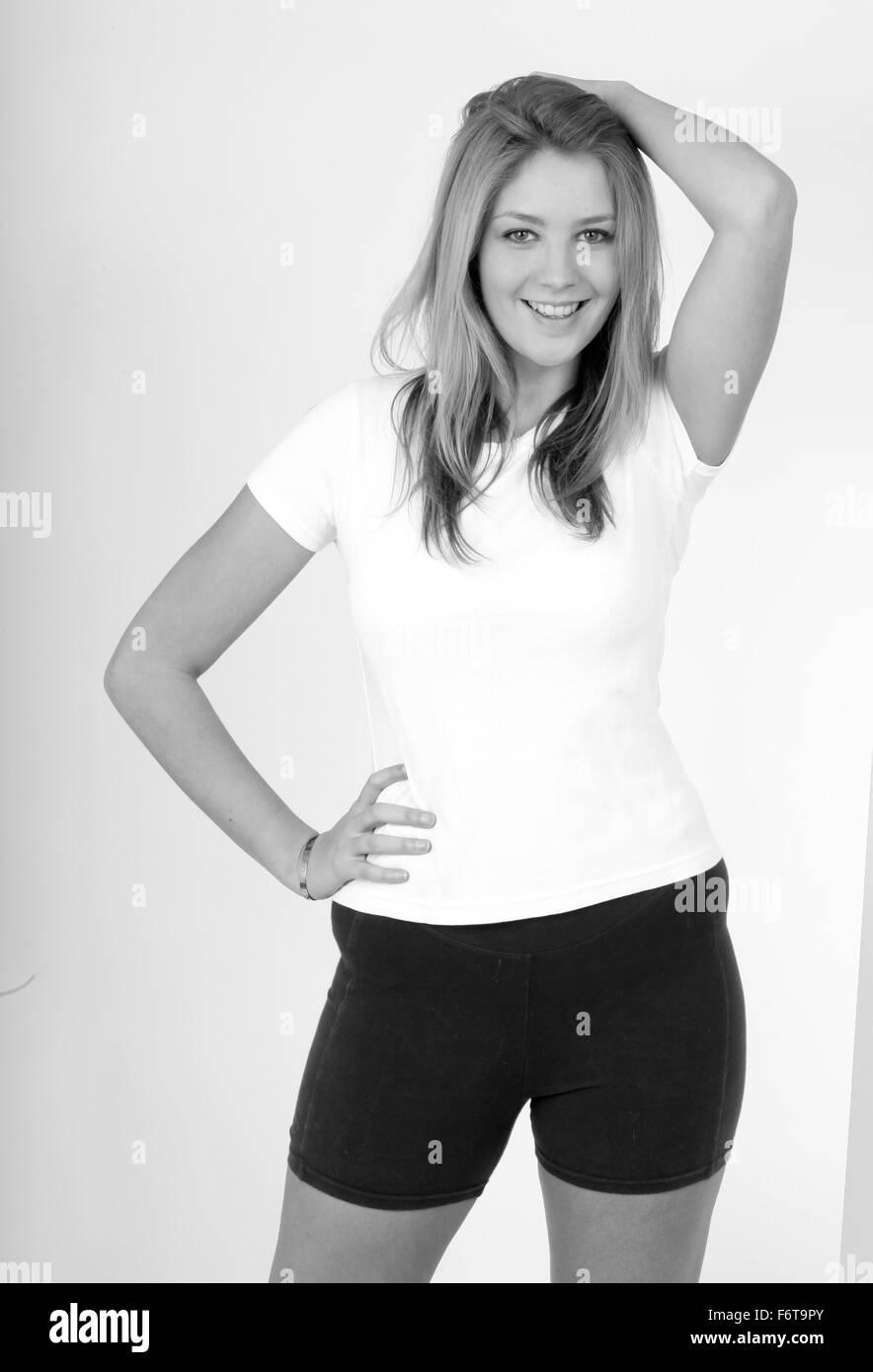 72ae15e21 Jolie jeune femme suédoise dans son tee shirt et une salle de sport ...