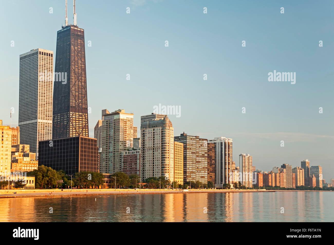 875 N. Michigan Avenue, connue anciennement sous le nom de Hancock Tower Center (plus haut), la ville et le lac Photo Stock