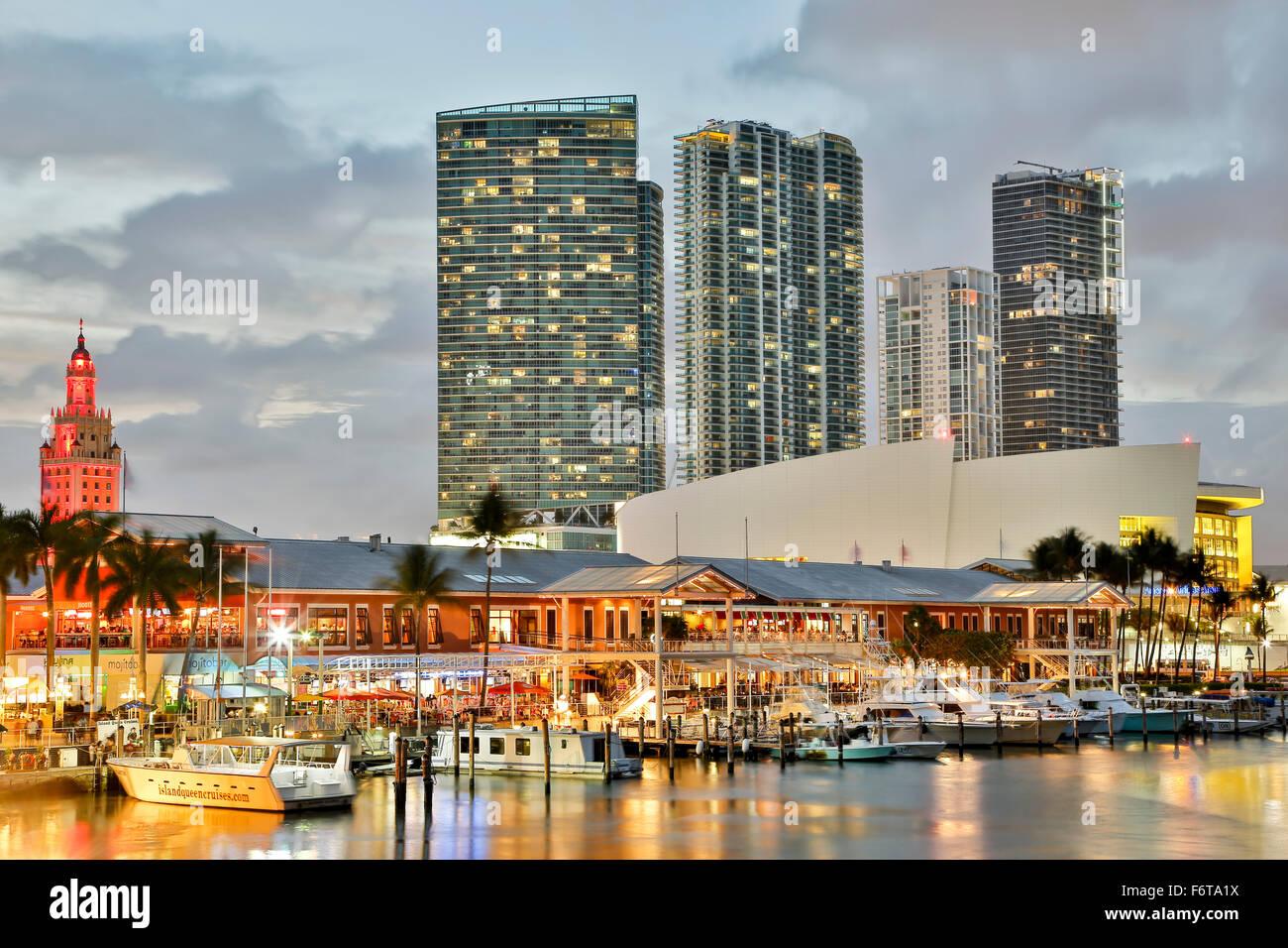 Marina au marché Bayfront et gratte-ciel, Miami, Floride, USA Photo Stock